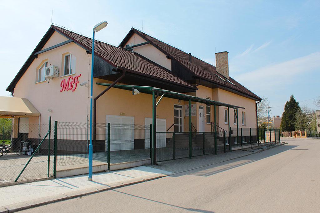 Žltá administratívna budova tlačiarenskej firmy MiF v meste Dubnica nad Váhom